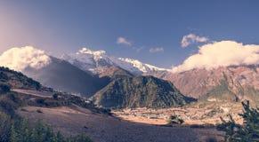 Mountain View panoramico con il villaggio Immagine Stock Libera da Diritti