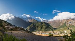 Mountain View panoramico con il villaggio Fotografia Stock
