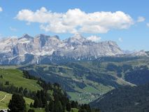 Mountain View panoramico delle dolomia italiane ad estate Valgardena, Tirolo del sud, Bolzano, Italia Fotografie Stock Libere da Diritti