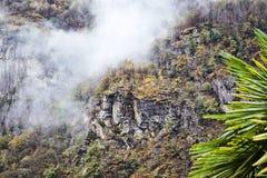 Mountain View scenico con nebbia fotografia stock