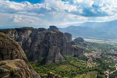 Mountain View sobre el monasterio de Meteora en Grecia en la monta?a, tiempo nublado fotos de archivo libres de regalías