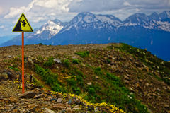 Mountain View sur l'itinéraire de cheminement dans les montagnes du Cauc Image stock