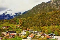 Mountain View svizzero delle alpi del villaggio Immagine Stock Libera da Diritti