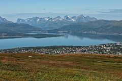 Mountain View und Fjord in Tromso, Norwegen lizenzfreie stockfotos