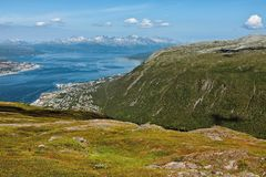Mountain View und Fjord in Tromso, Norwegen lizenzfreies stockbild