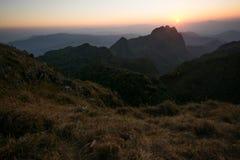Mountain View zur Sonnenuntergangzeit im warmen Ton Lizenzfreie Stockfotografie