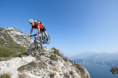 Mountainbike acrobatische neerstorting Royalty-vrije Stock Foto's
