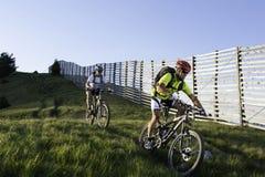 Mountainbike bergaf allong de grens Royalty-vrije Stock Foto's