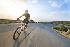Mountainbike för cyklistmanridning i solig dag arkivbilder