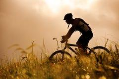 Mountainbike Mann draußen stockfoto