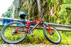 Mountainbike op de doodsweg in Yungas van Bolivië Stock Afbeeldingen