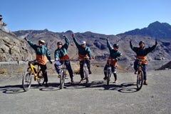 Mountainbike som cyklar dödvägen Arkivfoton