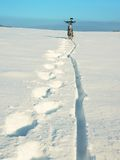 Mountainbikeaufenthalt in der tiefen Schneewehe Detail des hinteren Rades Schnee auf Reifen Stockfotos