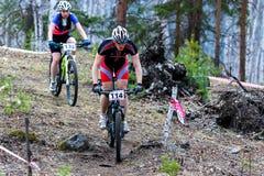 Mountainbikecyklist som rider det enkla spåret Arkivfoto