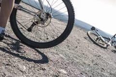 Mountainbikehjul under ljus himmel Arkivfoton