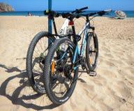 Mountainbiken auf dem Strand Stockbild