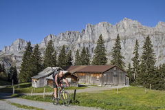 Mountainbiken in canton Uri Stock Photography