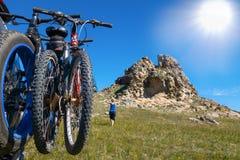 Mountainbiken hänger på baksida av bilen arkivfoton