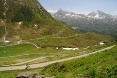Mountainbiker骑马在阿尔卑斯 库存图片