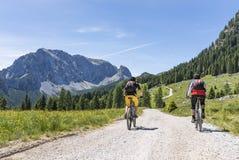 Mountainbiker δύο στις Άλπεις Carnic με την άποψη στο βουνό Rosskofel στοκ φωτογραφίες με δικαίωμα ελεύθερης χρήσης