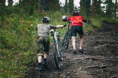 Mountainbiker δύο στο δάσος Στοκ Φωτογραφία