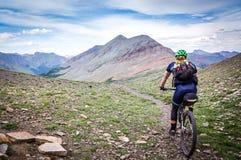 Mountainbiker auf alpinem einspurigem Stockbilder