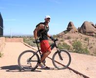 Mountainbiker: Bereiten Sie für Wüstenberge vor Stockbild