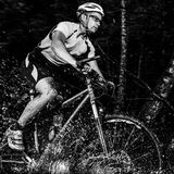 Mountainbiker, das durch awter antreibt Lizenzfreies Stockbild