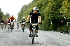 Mountainbiker de cycliste de coureur de chef dans le groupe avant de cavaliers Photos stock
