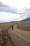 Mountainbiker, der in die Berge reist Stockfotos