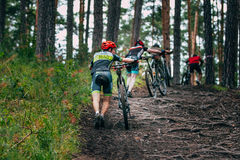 Mountainbiker in een bergopwaarts ras stock foto