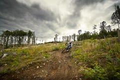 Mountainbiker en declive Foto de archivo libre de regalías