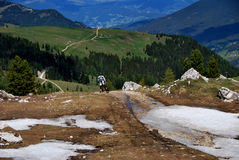Mountainbiker en las montañas fotos de archivo