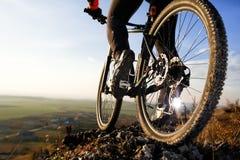 Mountainbiker för Closeupfotidrottsman nen och hjul av sportar cyklar Arkivfoton