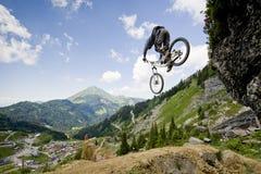 Mountainbiker-Fahrrad-Ansicht-Berg Lizenzfreies Stockbild