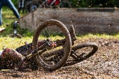 Mountainbiker faller arkivbilder