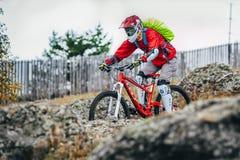 Mountainbiker glisse vers le bas le flanc de montagne Image libre de droits