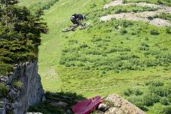 Mountainbiker hoppar den Freeride ytterligheten Arkivfoto