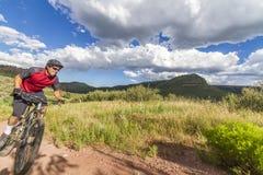 Mountainbiker im roten Trikot von niedrigem Weitwinkel stockbild