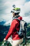 Mountainbiker mit Actioncam auf Sturzhelm Lizenzfreies Stockbild