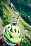 Mountainbiker mit Actioncam auf Sturzhelm Stockfotografie