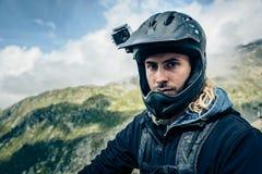 Mountainbiker mit Actioncam auf Sturzhelm Stockfotos