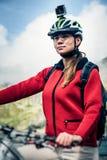 Mountainbiker mit Actioncam auf Sturzhelm Stockfoto