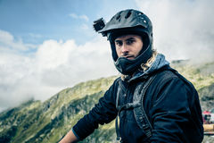 Mountainbiker mit Actioncam auf Sturzhelm Lizenzfreies Stockfoto
