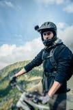 Mountainbiker mit Actioncam auf Sturzhelm Stockbild