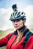Mountainbiker mit Actioncam auf Sturzhelm Stockbilder