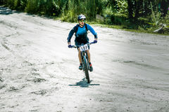 Mountainbiker podczas rasy Fotografia Royalty Free