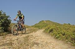 Mountainbiker przy smoka ` s plecy próbą, natura spacer za c Obrazy Stock