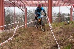 Mountainbikeracerbil med gyttja Arkivbilder