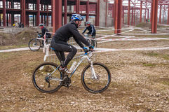 Mountainbikeracerbil på gyttja Royaltyfri Bild